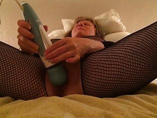 bodystocking माँ खुद को एक पागल तीव्र संभोग सुख देता है
