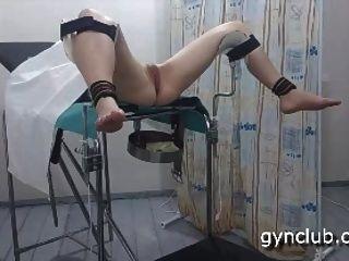 स्त्री रोग संबंधी कुर्सी पर संभोग।
