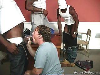 एक काला शिक्षक और दो काले छात्रों को एक सफेद लड़का बांटता है