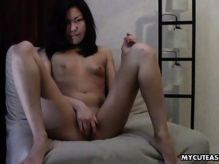 आराध्य एशियाई छोटे titty नग्न बेब उसे clitty पर मलाई