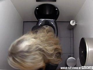 देखना चाहिए कि लड़कियां बाथरूम में क्या करती हैं