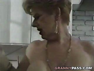 नानी रसोई में युवा डिक fucks