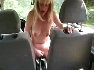 एक पत्नी कार गियर पर बैठकर बाहर रहती है