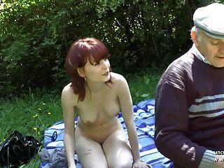 सुंदर युवा फ्रांसीसी रेड इंडियन पुराना जासूस द्वारा धोखा दिया आउटडोर
