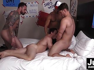 गरीब सेक्सी twink तीन बड़े डिक शिकारी द्वारा fucked हो जाता है