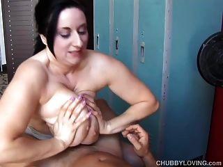 Busty मोटी लड़की को मुर्गा चूसना और सह खा प्यार करता है