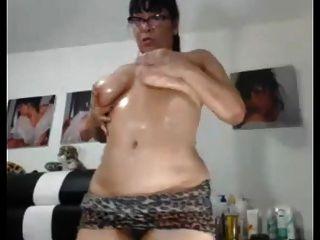 सेक्सी एशियाई दादी उसे मोटा गधा और बिल्ली दिखाने के लिए पसंद करती है