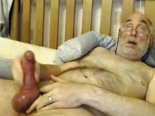 द्वि दादा अपने बड़े मुर्गा के साथ खेलता है