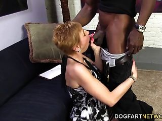 गर्म कौगर गीम और काले आदमी को गुदा सेक्स प्रदान करता है