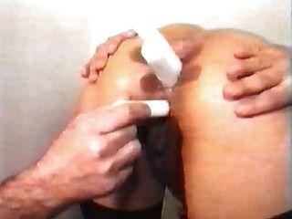 चिकित्सक के कार्यालय में गर्भवती गधा में मुट्ठी और मोमबत्ती