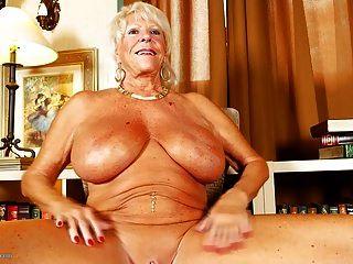 विशाल स्तन और tanned शरीर के साथ पुराने दादी