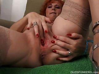 सेक्सी बूढ़े मसाला एक गड़बड़ है जब वह masturbates