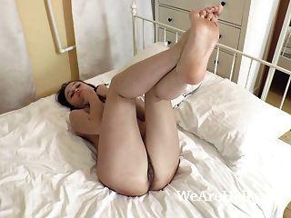 दर्पण द्वारा मॉडल और बिस्तर में नग्न स्ट्रिप्स