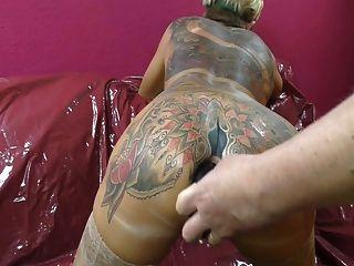 tattooed महिला spitting बट उसके arsehole से बाहर प्लग