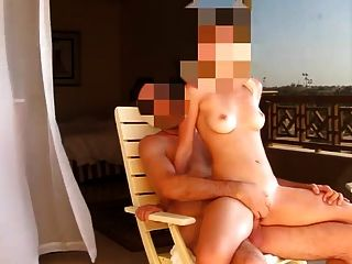 होटल के बालकनी पर पत्नी कमबख्त