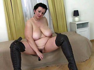 सुपर आकार की माँ के साथ बड़े स्तन और भूख योनी