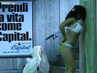 अंतिम मेट्रो से नग्न नग्न