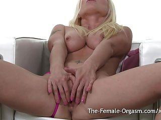 सुनहरे बालों वाली लड़की चिल्ला यातायात चिल्ला चिल्ला के लिए masturbates