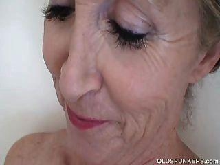 सुपर सेक्सी बूढ़े स्पाँकर शॉवर में सींग का लग रहा है