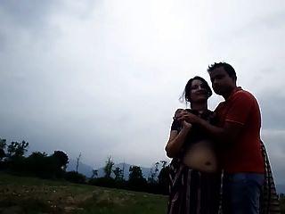 गली में गर्म नाभि चाची बोब प्रेस