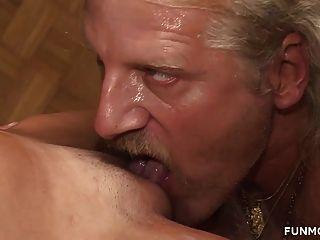 उसकी छोटी पतली पत्नी पर pissing और कमिंग