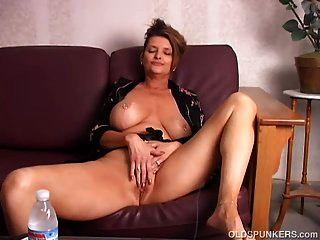खूबसूरत बड़े स्तन बूढ़े स्पाँकर उसे रसदार बिल्ली के साथ खेल रहे हैं