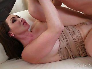 माँ बड़े स्तन श्यामला एशियाई milf बड़े cock लेता है