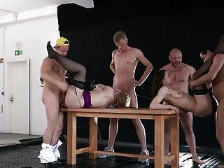 जर्मन शौकिया pissing गैंगबैंग