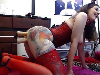 टैटू लड़की वेबकैम पर अपने दो छेद के साथ खेल रहा है