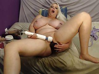 हस्तमैथुन और एक विशाल dildo की सवारी