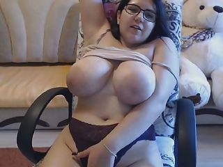 बस्टी लड़की बड़े स्तन दिखाती है