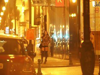 सड़क पर स्थित असली वेश्या डांस ला र्यू