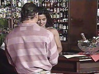 एंजेलिका बेला के साथ बार जॉब (1995) से समूह सेक्स सीन