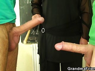 पुराने दादी शिक्षक और किशोर लड़कों