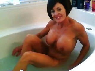 अविश्वसनीय milf एक स्नान लेता है