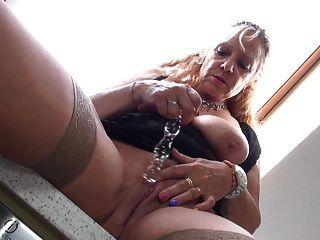 बड़े स्तन और भूखा योनी के साथ सुपर नानी