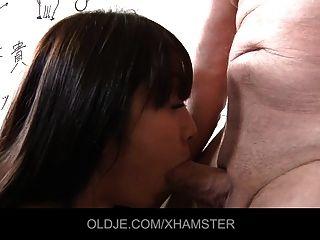 एशियाई स्कूल लड़की उसके मुंह में पुराने शिक्षक सहकर्मी लेती है