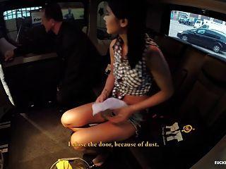 गड़बड़ली फूहड़ महिला एक कार धोने पर गड़बड़ हो रही है