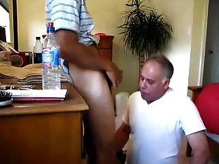 युवा लड़का चेहरा बड़े आदमी को बकवास करता है