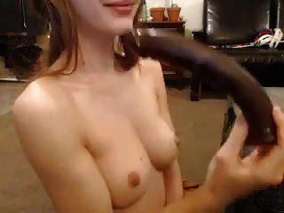आराध्य तंग लड़की बड़े dildo के साथ खेलता है