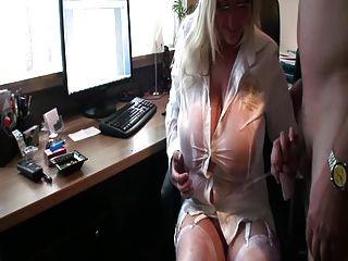 curvy पत्नी उसके विशाल स्तन पर पेशाब प्यार करता है