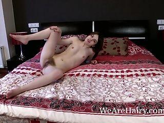 अमेलिया बेडरूम में नग्न स्ट्रिप्स और नग्न देता है