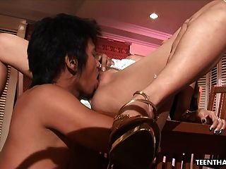 बड़ा नकली स्तन के साथ गर्म थाई मुश्किल drilled हो रही है