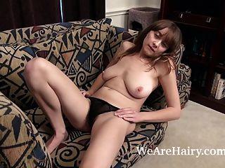 दानी ने अपने प्राकृतिक शरीर के मॉडल को नग्न रखा जबकि नग्न
