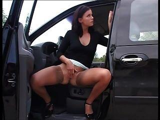 सेक्सी श्यामला भूख अकेला पेशाब बाहर सड़क पर