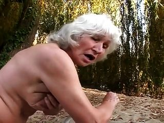 बालों वाली grannies सड़क पर बकवास