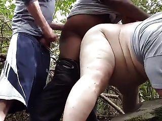 एक काली मुझे जंगल में ले जाता है