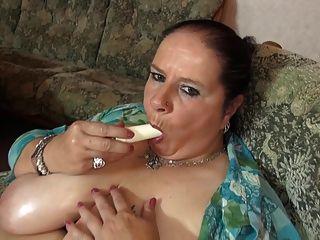 बड़ा रसदार स्तन और भूखा योनी के साथ परिपक्व बड़ी माँ