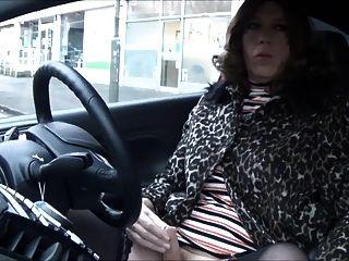 चेल्सफील्ड में दुकानों से बाहर निकलने वाली अलिसन थिबूटबूट