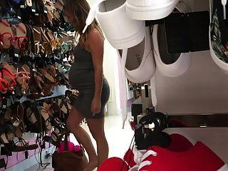 जूते के लिए 19 साल की गर्भवती गर्भवती निकोल खरीदारी